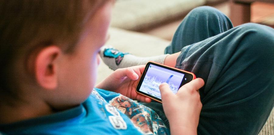 kids-like-mobile-games-picjumbo-com.jpg